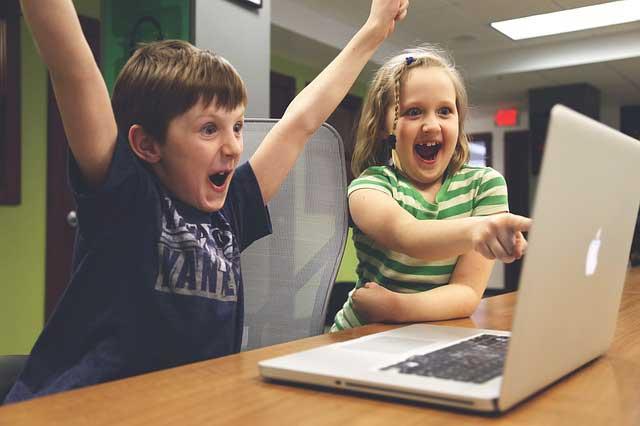 動画を見る子ども